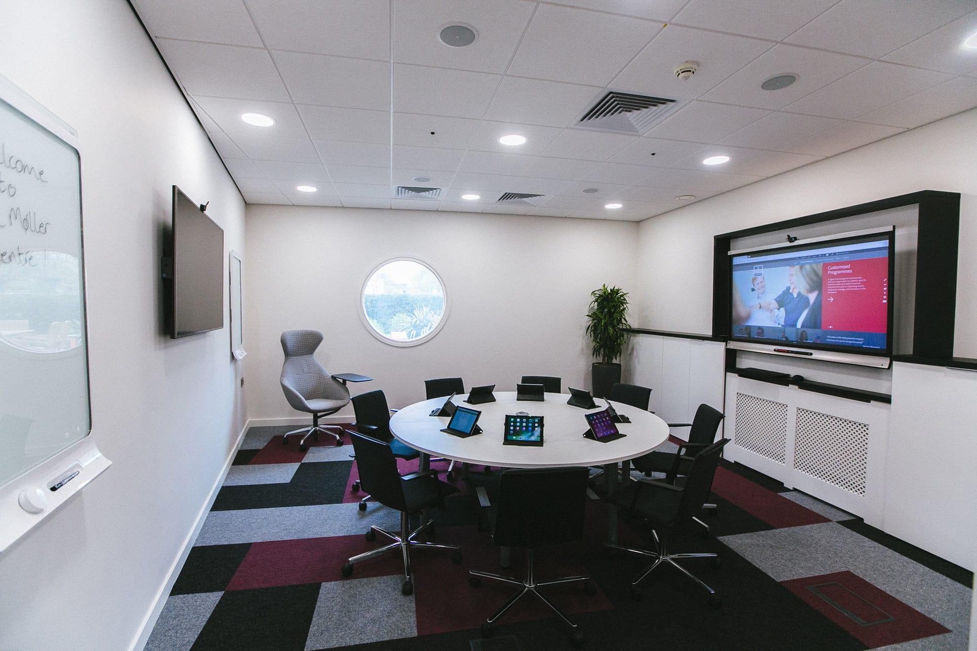 high-tech-paperless-meeting room